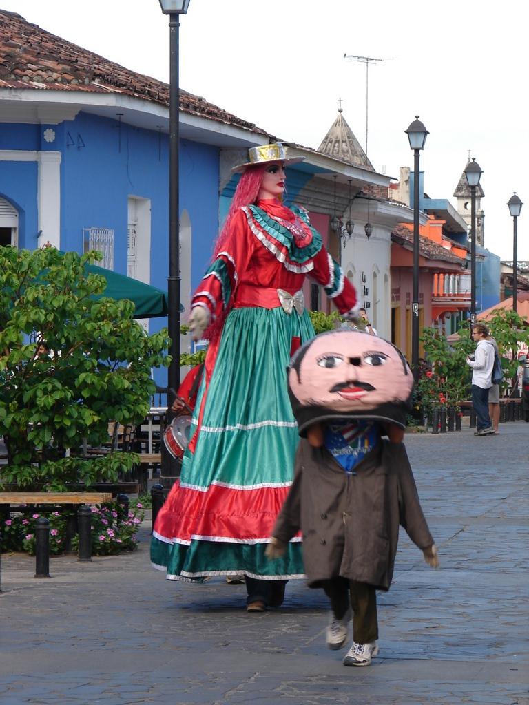 Street performers along La Calzada